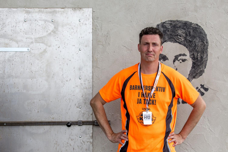 Joakim Berndes i Almedalen framför #sittmeddawit bunkern