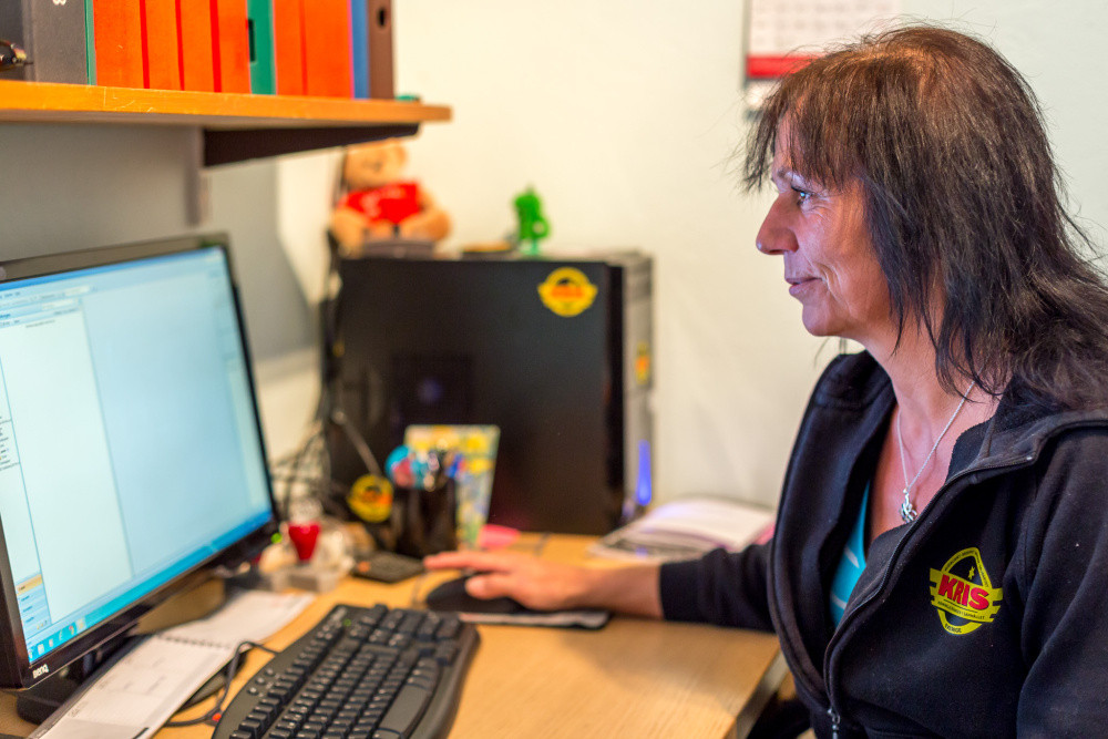 Eva Jeppson framför datorn på sitt kontor. Foto: Joakim Berndes