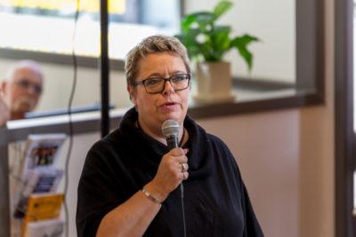 Mari-Louise Wernersson talar på KRIS Falkenbergs invigningen. Foto: Joakim Berndes