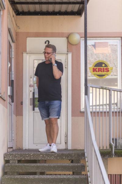 Telefonen ringer flera gånger under vårt samtal, behovet av hjälp är stort i Mariestad. Foto: Joakim Berndes