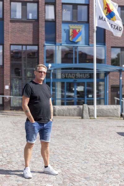Peter utanför Stadshuset där en av hans positiva resor började. Foto: Joakim Berndes